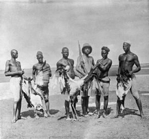 Jean Thomas i els seus companys amb un jaribú africà viu al centre, 1922-1923. Autor: Jean Thomas