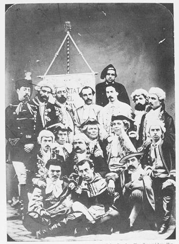 Fotografia de l'estendard i dels socis fundadors de La Societat del Born, finals del segle XIX