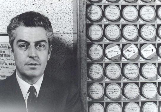 Xavier Turull davant la seva col•lecció de cilindres. En primer terme, els tres cilindres d'Albéniz. Fotografia facilitada per Xavier Turull.