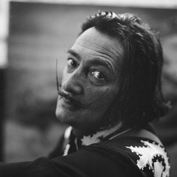 Arxiu CatalaRoca02: Francesc Català-Roca, Salvador Dalí al seu estudi. Portlligat, 1952 (© Fons Fotogràfic F. Català-Roca – Arxiu Fotogràfic del Col·legi d'Arquitectes de Catalunya)