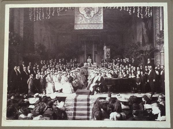 Imatge de la 1ª Festa de la Música Catalana celebrada  al Teatre Novetats. 1904. Autor: Adolf Mas. CEDOC