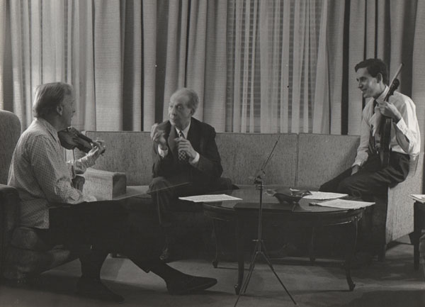 Fotografia nº 2: Massià, Comellas i Menuhin (Camerino del Palau de la Música de Barcelona, any 1969).