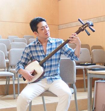 1. Kenichi Yoshida durante el taller de shamisen de la Esmuc ©Grupo EsmucAsia