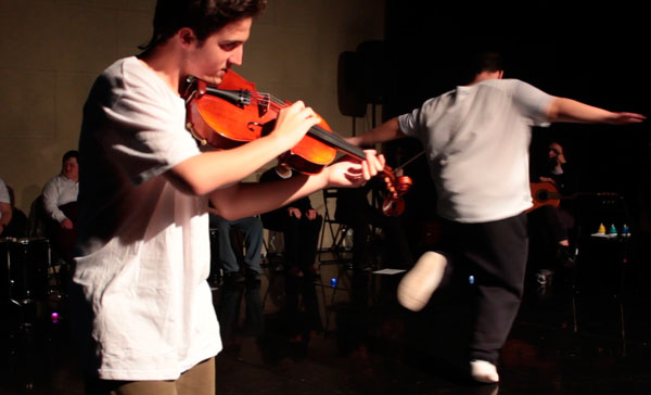 """""""Música i Dansa a l'abast"""" al Graner. El Rubén toca la viola mentre el Cristian balla (tots dos amb diversitat funcional) mentre la resta del grup, la tribu, els observen i es pregunten quin dels dos segueix a l'altre?"""